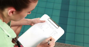 Vrouwelijke bus het schrijven nota's door pool stock video