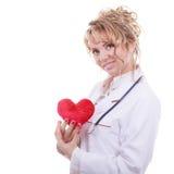 Vrouwelijke cardioloog met rood hart stock foto's