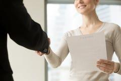 Vrouwelijke CEO die partner met goede overeenkomst gelukwensen stock afbeeldingen