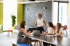 Vrouwelijke chef- status op een informele teamvergadering royalty-vrije stock foto's