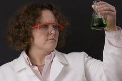Vrouwelijke chemicus met een oplossing stock afbeelding