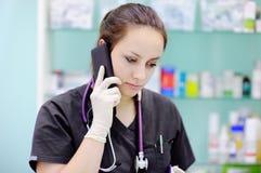 Vrouwelijke chirurg die celtelefoon met behulp van Royalty-vrije Stock Fotografie