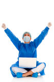 Vrouwelijke chirurg die zich met laptop verheugt Stock Fotografie
