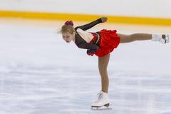Vrouwelijke Cijferschaatser van de Meisjes van Rusland Alla Lyubimbova Performs Cubs B Vrij het Schaatsen Programma bij de Arenak royalty-vrije stock afbeeldingen
