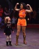 Vrouwelijke circusuitvoerder met jong meisje Royalty-vrije Stock Afbeeldingen