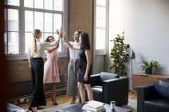 Vrouwelijke collega's hoge vijf op een motievenvergadering royalty-vrije stock fotografie