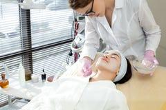Vrouwelijke Cosmetologist Applying Face Mask royalty-vrije stock foto's
