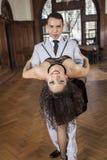 Vrouwelijke Danser Bending Backwards While dat door de Mens wordt gesteund royalty-vrije stock foto