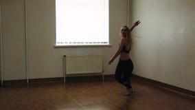 Vrouwelijke danser opleidingsdans terwijl het repeteren in dansstudio stock video