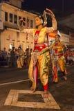 Vrouwelijke dansers bij het festival van Esala Perahera in Kandy Stock Afbeeldingen