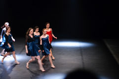 Vrouwelijke dansers die op stadium presteren Stock Foto