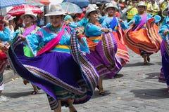 Vrouwelijke dansers in heldere kleding in Ecuador Stock Afbeeldingen
