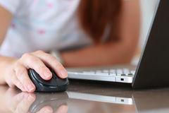 Vrouwelijke de computer draadloze muis van de handholding Stock Afbeeldingen