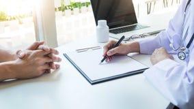 Vrouwelijke de greep zilveren pen die van de artsenhand geduldige geschiedenislijst vullen stock afbeelding