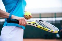 Vrouwelijke de holdingsracket en bal van de tennisspeler Royalty-vrije Stock Fotografie