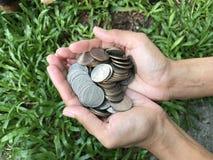 Vrouwelijke de muntstukkenstapel van de handholding Stock Foto's