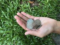 Vrouwelijke de muntstukkenstapel van de handholding Royalty-vrije Stock Afbeeldingen