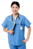 Vrouwelijke de patiëntenverslagen van de artsenholding Stock Foto's