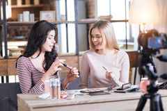 Vrouwelijke de schoonheidsbloggers die van Nice make-upgeheimen delen royalty-vrije stock afbeelding