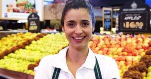 Vrouwelijke de streepjescodescanner van de personeelsholding in organische sectie stock videobeelden