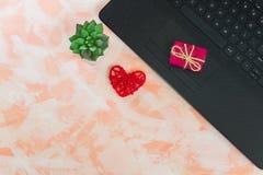 Vrouwelijke Desktop met laptop, harten en een kleine gift royalty-vrije stock foto