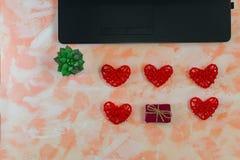 Vrouwelijke Desktop met laptop, harten en een kleine gift stock foto