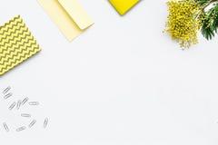 Vrouwelijke Desktop met omhoog toetsenbord en van de bloemen hoogste mening spot royalty-vrije stock afbeelding