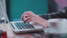 Vrouwelijke die hand met armband op het toetsenbord wordt gedrukt stock videobeelden