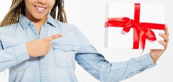 Vrouwelijke die hand op grote die giftdoos wordt gericht op wit wordt geïsoleerd stock foto