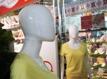 Vrouwelijke die ledenpop in een kledingsopslag wordt voorgesteld stock afbeelding