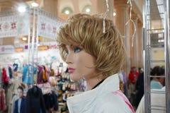 Vrouwelijke die ledenpop in een kledingsopslag wordt voorgesteld royalty-vrije stock afbeelding