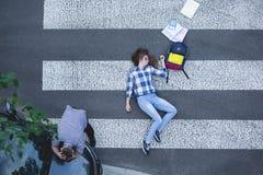 Vrouwelijke die student door een auto wordt geraakt Stock Foto