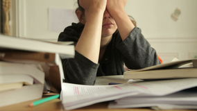 Vrouwelijke die student van studies wordt vermoeid stock video