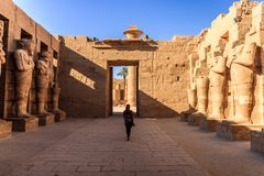 Vrouwelijke die toerist in tempel van Karnak, Egypte wordt gefotografeerd stock afbeelding