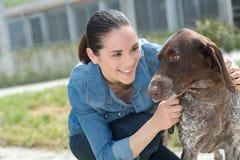Vrouwelijke dierenarts het strijken hond bij dierlijke schuilplaats royalty-vrije stock afbeelding