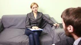 Vrouwelijke directeur die met de werknemer spreken rapport aan de Leider stock videobeelden