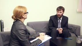 Vrouwelijke directeur die met de werknemer spreken rapport aan de Leider stock video