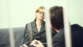 Vrouwelijke directeur die met de werknemer spreken rapport aan de Leider stock footage
