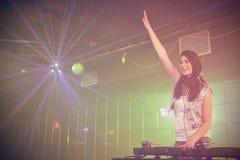 Vrouwelijke discojockey die pret hebben terwijl het spelen van muziek Stock Fotografie