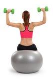 Vrouwelijke doende schouderpers Stock Afbeelding