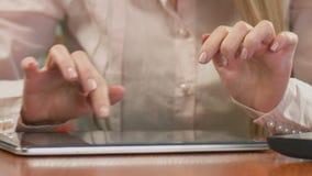 Vrouwelijke econoom die aan tablet, het typen wekelijks rapport werken Close-up van handen stock footage