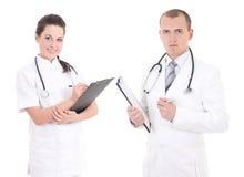 Vrouwelijke en mannelijke die artsen op witte achtergrond worden geïsoleerd Stock Foto