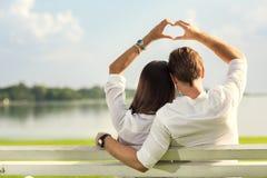 Vrouwelijke en mannelijke handen die omhoog hartvorm maken Stock Fotografie