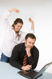 Vrouwelijke en mannelijke managers, die aan laptop werken Royalty-vrije Stock Fotografie