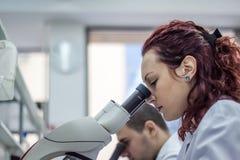 Vrouwelijke en mannelijke medische of wetenschappelijke onderzoekers of vrouwen en m Royalty-vrije Stock Foto