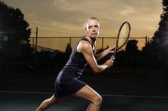 Vrouwelijke ernstige tennisspeler Stock Afbeeldingen