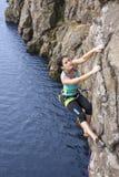 Vrouwelijke extreme klimmer royalty-vrije stock fotografie