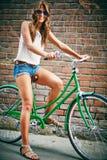 Vrouwelijke fietser stock foto