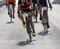 Vrouwelijke fietser en andere fietsers met snelle rasfiets royalty-vrije stock foto's