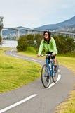 Vrouwelijke fietser op skromming van fietspad royalty-vrije stock fotografie